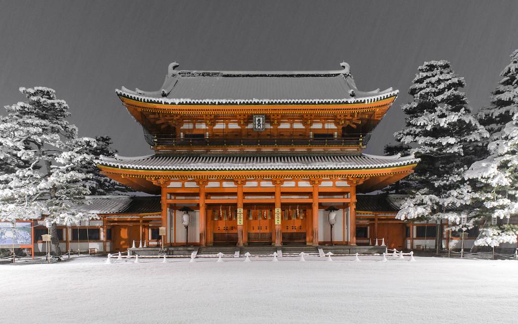 Main gate of Heian-jingu Shrine in snow image copyright Jeffrey Friedl