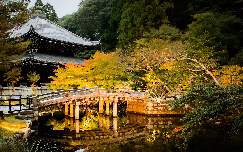 Evening light up at Chion-in Temple image copyright Jeffrey Friedl