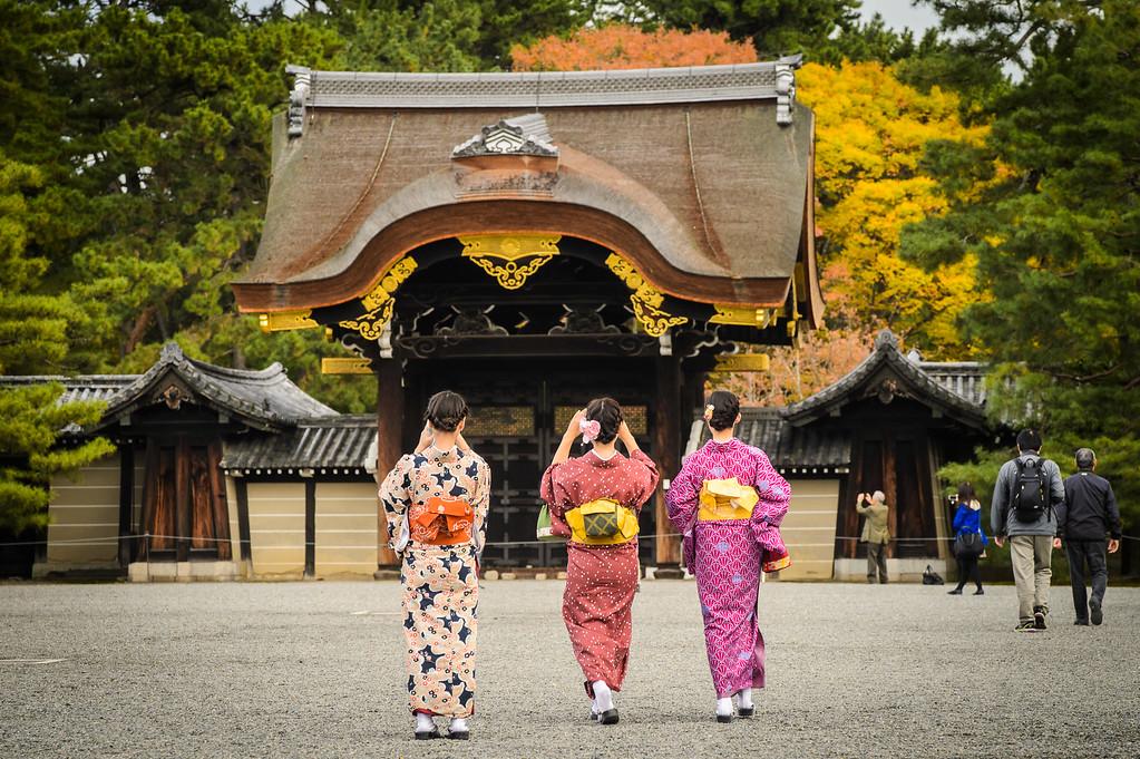 Kyoto Gosho (Imperial Palace) with kimono girls image copyright Jeffrey Friedl