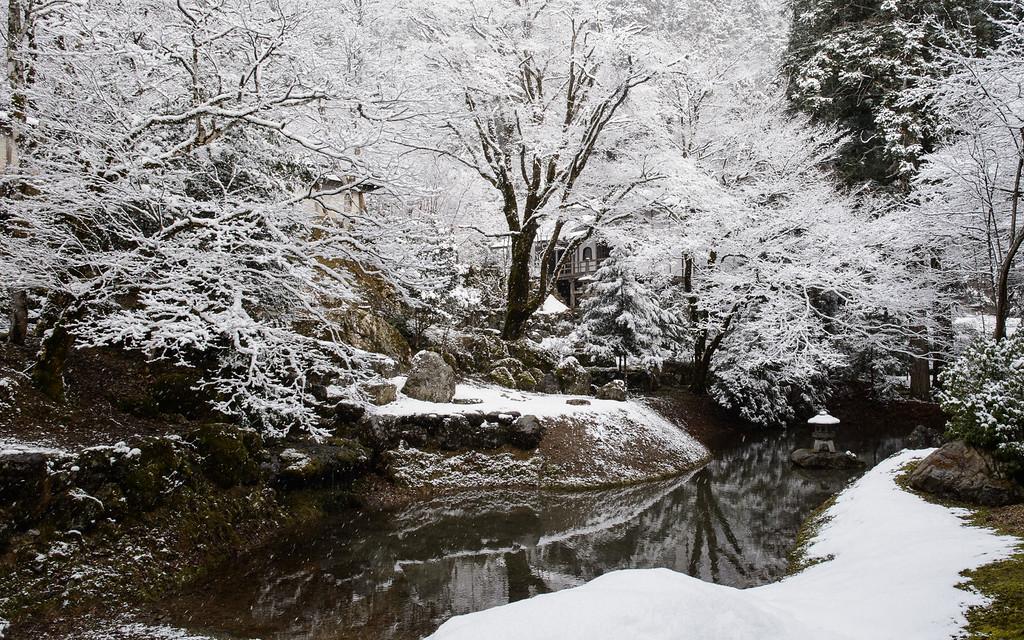 Joshoko-ji Temple in snow image copyright Jeffrey Friedl