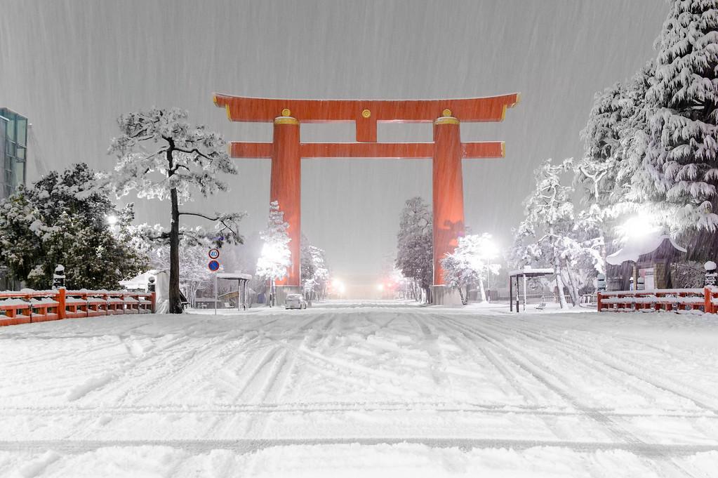 Torii at Heian-jingu in snow image copyright Jeffrey Friedl