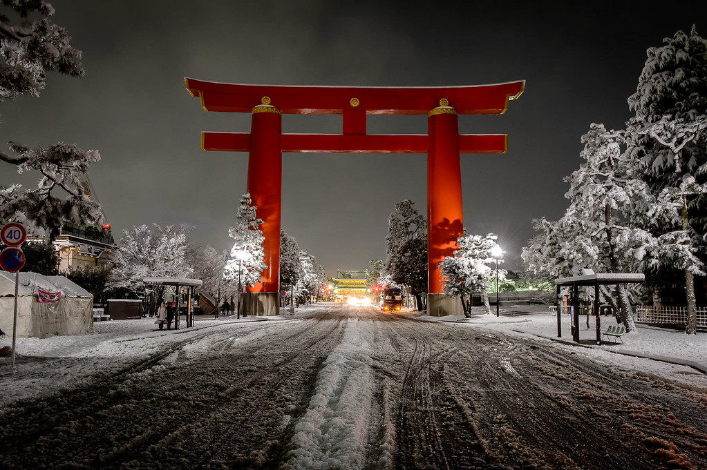 Heian-jingu torii on a winter evening image copyright Jeffrey Friedl