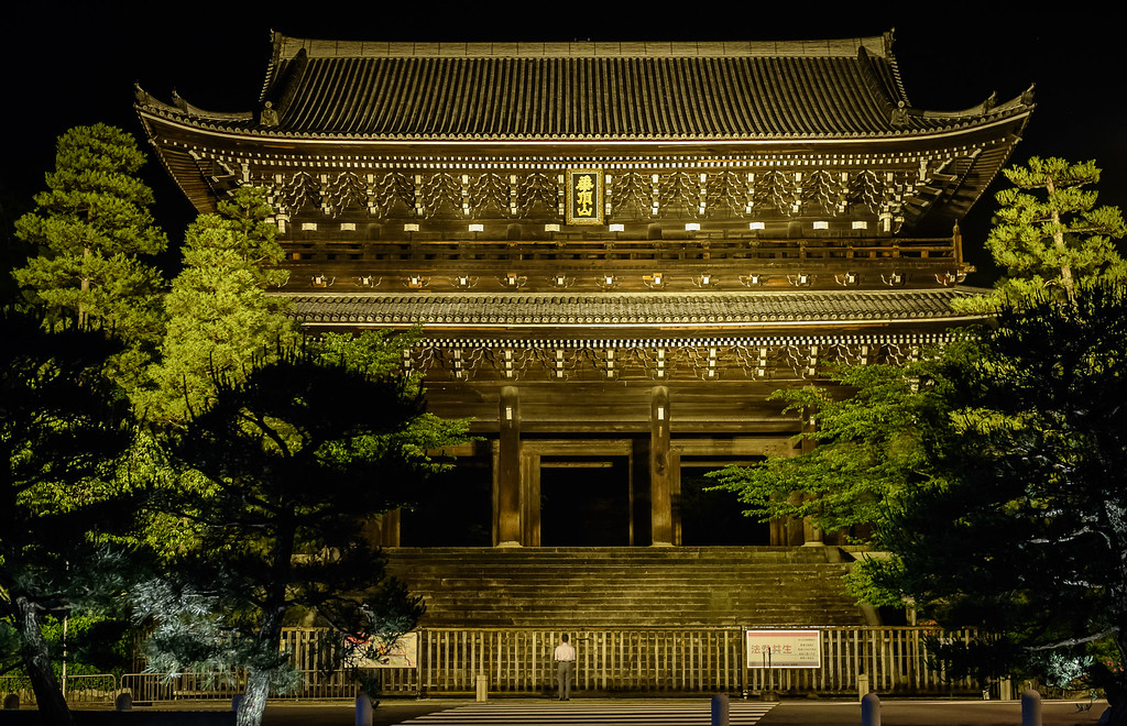 Main gate of Chion-in Temple at night image copyright Jeffrey Friedl